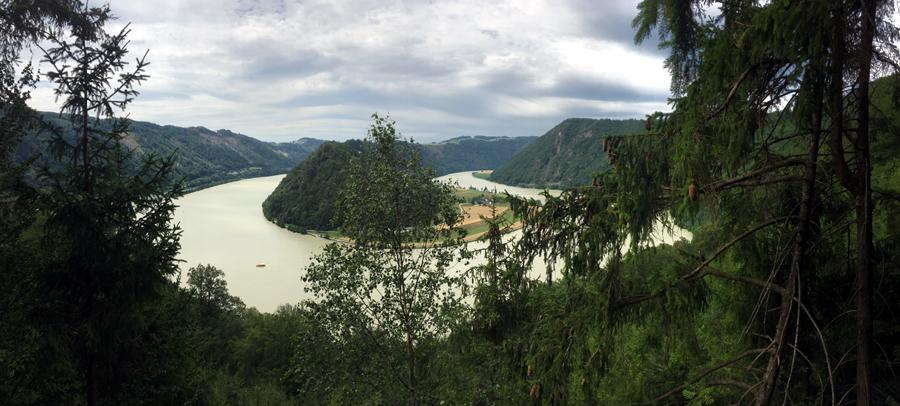 Vyhlídka na smyčku Dunaje u města Schlogen